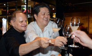 Joël Robuchon et le chef japonais Hirohisa Koyama, à Paris en 2012.