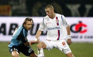 Le Lyonnais Karim Benzema (à droite), à la lutte avec le Marseillais Zenden, le 14 décembre 2008.