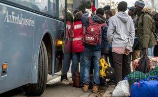 Des migrants et demandeurs d'asile originaires du Soudan, le 27 octobre 2015, à Calais