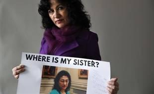 Rushan Abbas brandissant une photo de sa soeur Gulshan Abbas, emprisonnée en Chine.