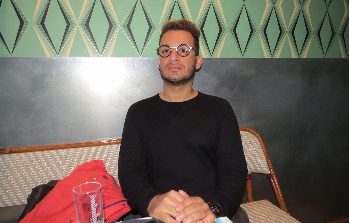 Zak Ostmane dans le bar où il est entré en contact avec ses agresseurs.  – Mathilde Ceilles
