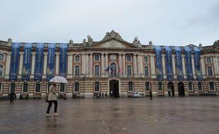 Les fameuses bâches qui font polémique sur la façade du Capitole à Toulouse.