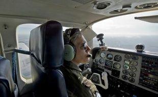 Maria Eugenia Etcheverry, première femme pilote de chasse en Amérique latine, pilote un Beechcraft Baron UB58 sur la base militaire de Durazno le 20 mai 2015