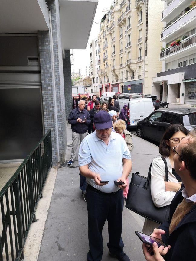 Une longue file d'attente devant le magasin Lidl de la rue Labrouste, à Paris.