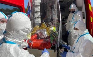 Le général Florès, commandant du Sdis34 , présente au président du conseil départemental Kléber Mesquida (président du Sdis 34) le dispositif utilisé par les sapeurs-pompiers pour la prise en charge des patients, en cas de suspicion de coronavirus.
