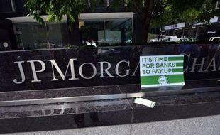 """La banque américaine JPMorgan Chase a cédé environ 65 à 70% des positions du trader surnommé """"la baleine de Londres"""", qui lui ont fait perdre au moins 2 milliards de dollars, selon la chaîne de télévision CNBC."""