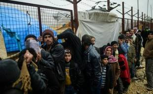 Des Syriens fuyant l'offensive des forces gouvernementales contre la ville d'Alep attendent à Bab al-Salam de pouvoir entrer en Turquie dont la frontière est toujours fermée, le 6 février 2016