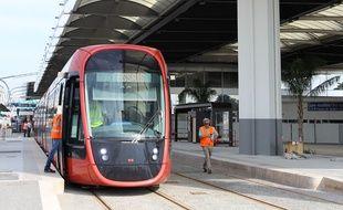 Une rame de tramway au Terminal 1 de l'aéroport pendant les essais