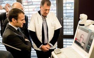 Emmanuel Macron, alors candidat à la présidentielle, avait visité un centre qui expérimentait la télémédecine, dans l'Allier, en janvier 2017.