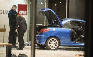 Des policiers allemands inspectent la voiture piégéé au siège du SP, à Berlin, tôt le 25 décembre 2017.