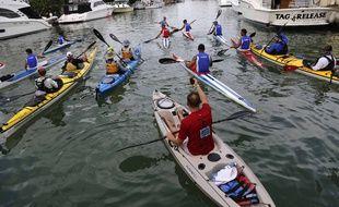 Illustration de kayakistes.(AP Photo/Desmond Boylan)/XDB102/341319351251/1509112046