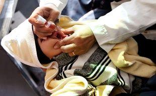 Un enfant au Yémen reçoit un traitement contre la polio au Yémen, pays en guerre où la famine et le choléra font de nombreuses victimes.