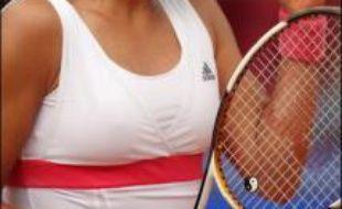 La Serbe Ana Ivanovic s'est qualifiée samedi pour la finale du tournoi de Berlin, mais devra attendre dimanche matin pour connaître l'identité de son adversaire, la seconde demi-finale entre Svetlana Kuznetsova et Justine Henin ayant été interrompue par l'obscurité.