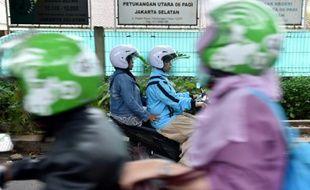 Une moto-taxi pour femmes transporte une passagère à Jakarta, le 22 novembre 2015