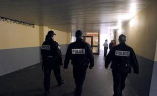 Un jeune homme est décédé d'une crise cardiaque mardi soir au moment où il était contrôlé par des policiers dans le hall d'un immeuble à Aulnay-sous-Bois (Seine-Saint-Denis), où la situation était tendue dans la nuit.