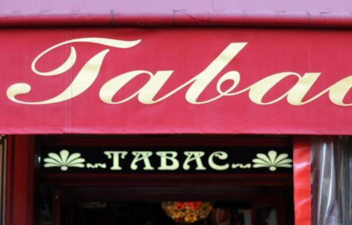 """Une opération """"client mystère"""", réalisée par le Comité national contre le tabagisme (CNCT) auprès de 430 débits de tabac en France, a montré que 62% d'entre eux étaient en infraction en vendant des paquets de cigarettes à des mineurs. – Boris Horvat afp.com"""