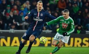 Le milieu stéphanois Fabien Lemoine (à dr.) à la lutte avec l'attaquant du PSG Zlatan Ibrahimovic à Saint-Etienne, le 25 janvier 2015.