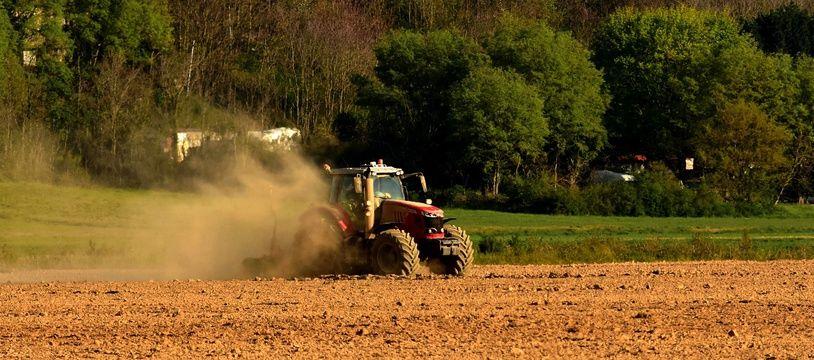 Un agriculteur en plein travail.