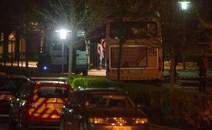 La police inspecte le bus scolaire à la sortie du collège de Trois Pays à Hegenheim, dans lequel un adolescent de 12 ans a été tué.