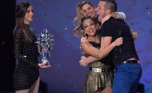 Sarah Abitbol, Clara Morgan et Norbert Tarayre, gagnant de l'émission «Ice Show» sur M6, le 18 décembre 2013.