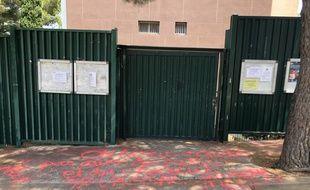 L'inscription « on nous achète pas avec des pattes et du chocolat [sic] », devant le bureau de vote 1103 de Marseille.