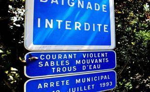 Un panneau interdisant la baignade dans la Loire, ici en Maine-et-Loire.