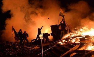 Des manifestants lancent des pavés sur la police sur le Maïdan, la place de l'Indépendance à Kiev, le 19 février 2014