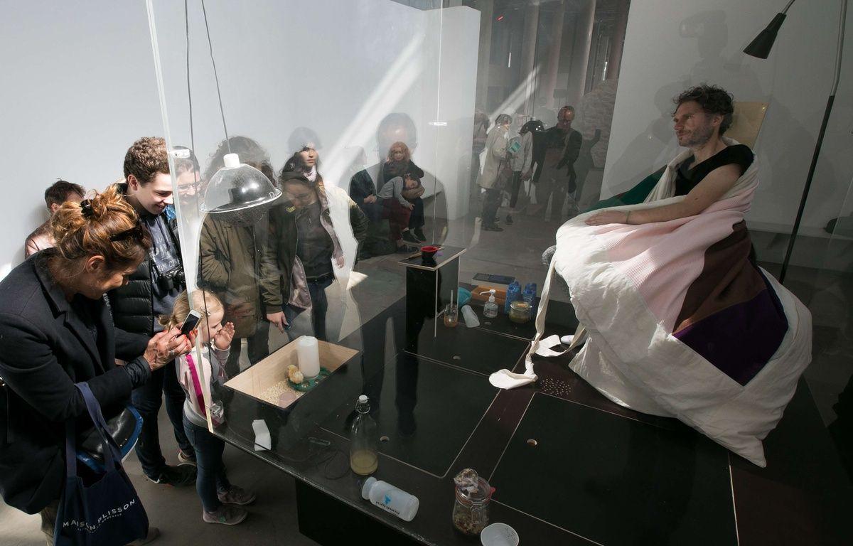 Après trois semaines passées à couver des oeufs, l'artiste français Abraham Poincheval a fait naître neuf poussins et quitté le 20 avril 2017 son vivarium du Palais de Tokyo à Paris. – ROMUALD MEIGNEUX/SIPA