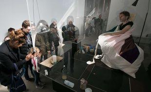 Après trois semaines passées à couver des oeufs, l'artiste français Abraham Poincheval a fait naître neuf poussins et quitté le 20 avril 2017 son vivarium du Palais de Tokyo à Paris.