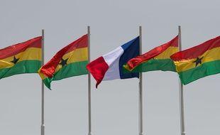 Un drapeau français, au milieu de drapeaux du Ghana.