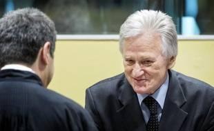"""Le Tribunal pénal international pour l'ex-Yougoslavie (TPIY) a acquitté jeudi en appel l'ancien chef d'état-major de l'armée yougoslave Momcilo Perisic, condamné en première instance à 27 ans de prison notamment pour avoir """"aidé et encouragé"""" l'armée des Serbes de Bosnie (VRS) à tuer et persécuter les musulmans de Bosnie."""