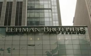 La banque d'affaires américaine Lehman Brothers, qui faisait l'objet depuis plusieurs jours de rumeurs alarmistes, a confirmé lundi une partie des craintes du marché en annonçant une perte historique qui va l'amener à lever 6 milliards de dollars d'argent frais.