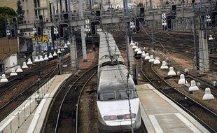 Un TGV entre en gare de Paris Montparnasse.