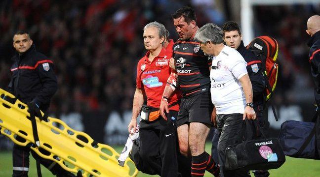 Le visage ensanglanté, le Toulousain Florian Fritz est remplacé temporairement lors du barrage du Top 14 entre le Stade Toulousain et le Racing-Métro (16-21), le 9 mai 2014. – R. Gabalda / AFP