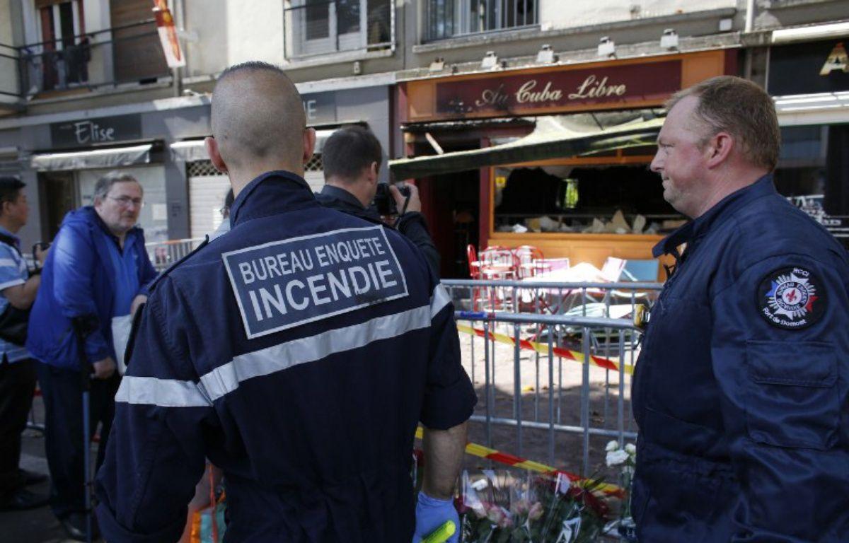 Les enquêteurs devant le bar Au Cuba Libre, à Rouen, après l'incendie qui a fait 13 morts le 6 août 2016. – MATTHIEU ALEXANDRE / AFP