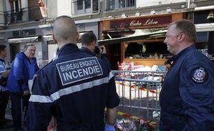 Les enquêteurs devant le bar Au Cuba Libre, à Rouen, après l'incendie qui a fait 13 morts le 6 août 2016.