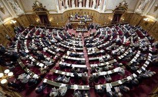 Le groupe PS du Sénat a retiré dans la nuit de jeudi à vendredi sa proposition de loi prônant la scolarité obligatoire à trois ans la jugeant dénaturée.