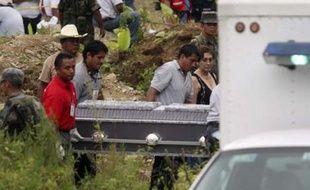 Un autocar est prisonnier de la boue après un glissement de terrain, dans l'Etat de Puebla, au Mexique. Les secours ont peur d'espoir de retrouver vivants les 40 à 60 passagers.