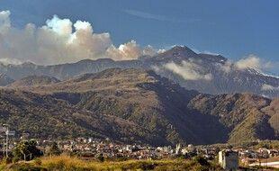 Illustration: De la fumée se dégage de l'Etna, au-dessus de Giarre, dans la région de Catane, le 26 décembre 2018.