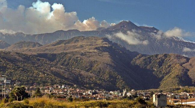 Regain d'activité de l'Etna, en Sicile, qui émet des nuages de cendres