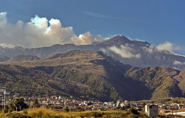 <div>Sicile : Regain d'activité de l'Etna, qui émet des nuages de cendres</div>