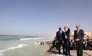 Emmanuel Macron entouré du président sénégalais Macky Sall, et du président de la Banque mondiale, Jim Yong Kim, samedi 3 février, à Saint-Louis.