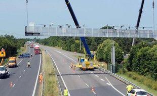 Un portail écotaxe endommagé près de Prinquiau, entre Nantes et Saint Nazaire, est démantelé, le 23 juin 2014