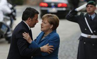 La chancelière allemande Angela Merkel (g) salue le Premier ministre italien Matteo Renzi à son arrivée à Hanovre, en Allemagne le 25 avril 2016