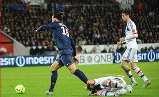 Zlatan Ibrahimovic face à Dejan Lovren lors de PSG-OL, le 16 décembre 2012.