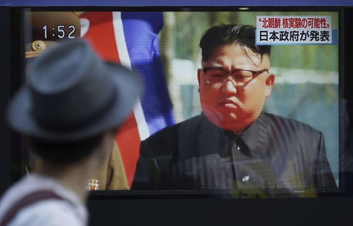 Un passant regarde la figure de Kim Jong-un à la télévision à Tokyo, au Japon, le 3 septembre 2017 – Eugene Hoshiko/AP/SIPA