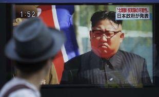 Un passant regarde la figure de Kim Jong-un à la télévision à Tokyo, au Japon, le 3 septembre 2017