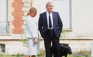 Jean-Marie le Pen et sa femme Pierrette posent avec leur chien devant le manoir du parc de Montretout, à Saint-Cloud, le 20 avril 1984.