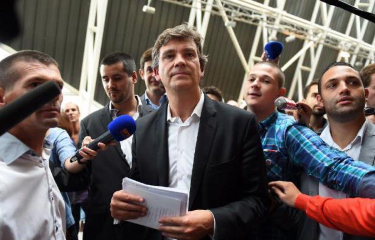 L'ancien ministre de l'Economie Arnaud Montebourg entouré de journalistes, le 3 novembre 2014 pour sa rentrée à l'Insead à Fontainebleau – Anne-Christine Poujoulat AFP