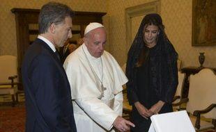 Le pape François entouré du président argentin Mauricio Macri et son épouse Juliana Awada, le 27 février 2016 au Vatican